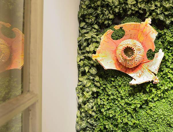 Matteo Negri-particolare di Cinque di fiori-2016-Flora varia tropicale-irrigazione a sensori digitali-acqua-feltro-PVC-engobbio su terracotta-l